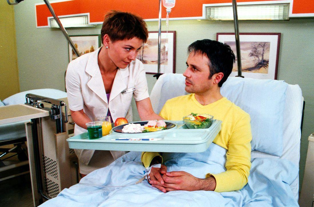 Mario Liesing (Renè Hofschneider, r.) ist verzweifelt, als er erfährt, dass er an Knochenkrebs leidet. Nur die Knochenmarkspende eines Blutsverwandt... - Bildquelle: Noreen Flynn Sat.1