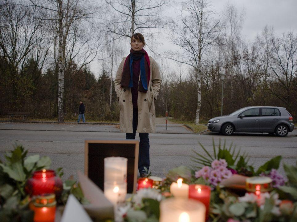 Als in dem kleinen Ort Schönburg die Tribüne der örtlichen Eishalle einstürzt und einen Menschen unter sich begräbt, muss Andrea Fichtner (Julia Kos... - Bildquelle: Christian Hartmann SAT.1