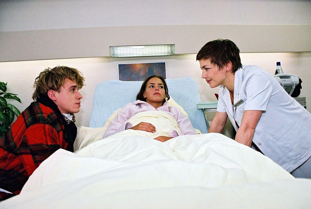 Schwester Stephanie (Claudia Schmutzler, r.) ermutigt Lukas (Marius Frey, l.), Celine (Janina Flieger, M.) den Lebensmut zurückzugeben. - Bildquelle: Monika Schürle Sat.1