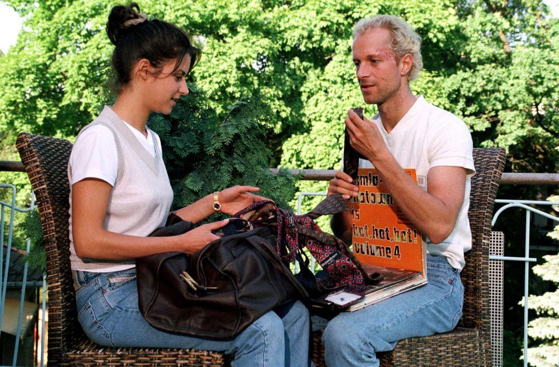 Daniels (Jochen Horst, r.) einzige Vertrauensperson ist nun Laura (Liane Forestieri, l.), die dem blinden Polizisten Unterschlupf gewährt. Daniel mö... - Bildquelle: Ebling Sat.1