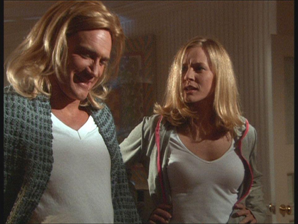 Steve (Barry Van Dyke, l.) hat sich als Doppelgängerin von Ellen (Kim Quinn, r.) verkleidet, um den Killer, der es auf sie abgesehen hat, in eine Fa... - Bildquelle: Viacom