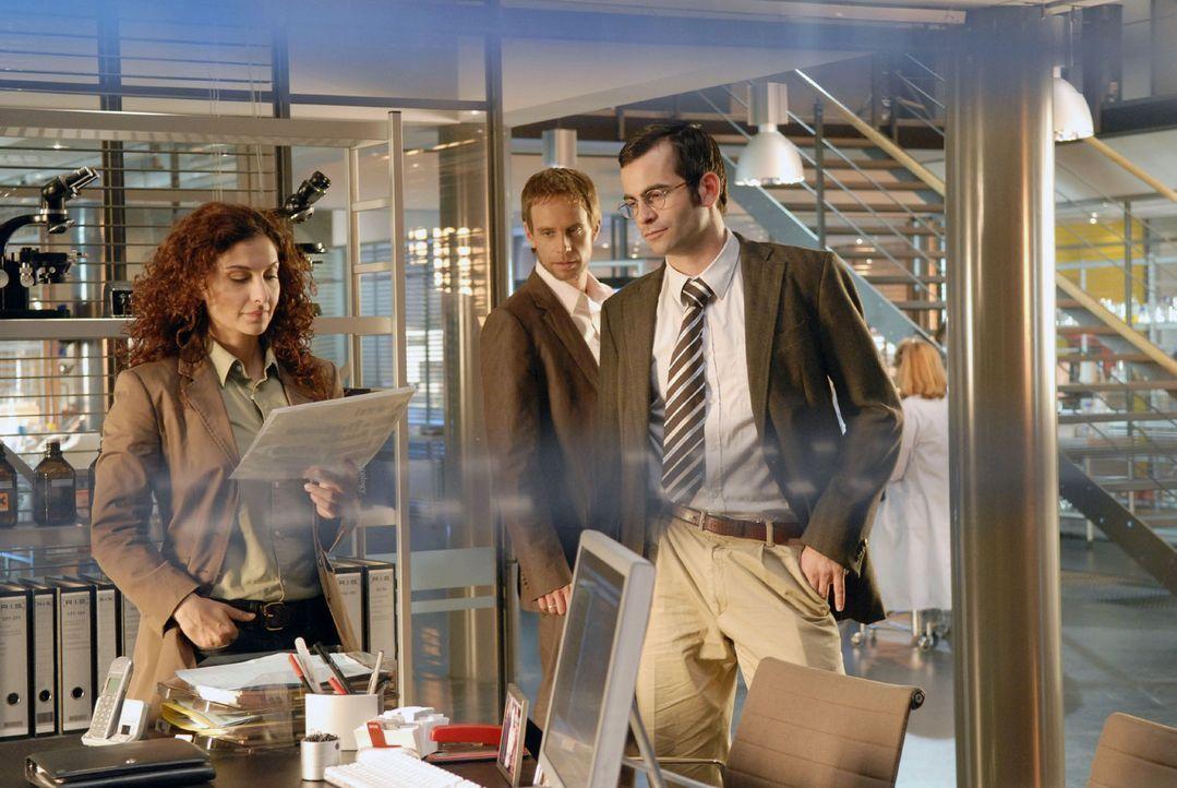 Philip (Julian Weigend, M.) zeigt Judith (Proschat Madani, l.) und Marcus (Mathis Künzler, r.) den Erpresserbrief, den er gerade erhalten hat... - Bildquelle: Christoph Assmann Sat.1