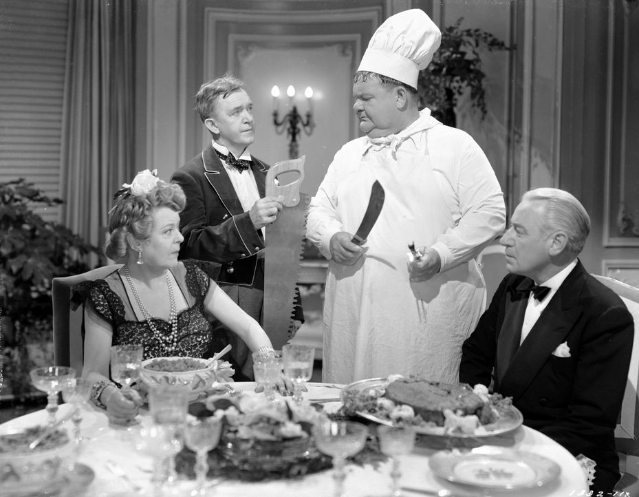 (v.l.n.r.) Elvira Hawkley (Mary Boland); Stan (Stan Laurel); Oliver (Oliver Hardy); Basil Hawkley (Henry O'Neill) - Bildquelle: 1944 Turner Entertainment Co. All rights reserved.