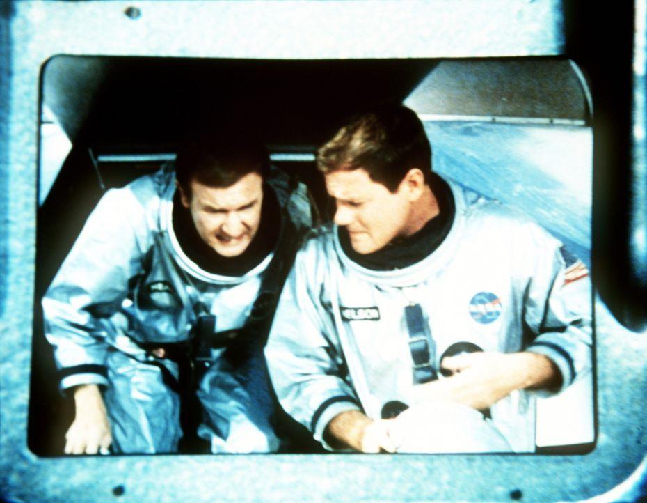 Jeannie führt Dr. Bellows vor, wie Tony (Larry Hagman, r.) und Roger (Bill Daily, l.) seinerzeit bei der NASA gelandet sind. - Bildquelle: Columbia Pictures