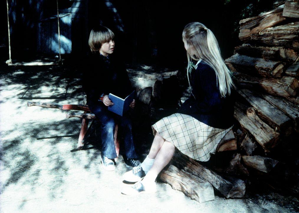 Serena (Martha Nix, r.) erzählt Jeffrey (Keith Mitchell, l.) die Geschichte von Jona und dem Wal. - Bildquelle: WARNER BROS. INTERNATIONAL TELEVISION
