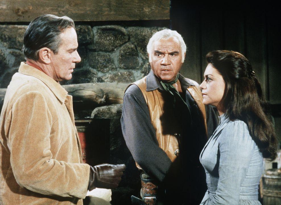 Ben Cartwright (Lorne Greene, M.) und der Rancher Hollenbeck (Richard Carlson, l.) bieten der verbitterten Prudence (Anna Navarro, r.) ihre Hilfe an... - Bildquelle: Paramount Pictures