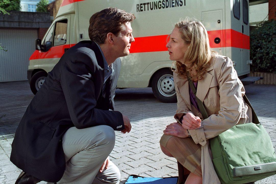 Felix Rath (Thomas Heinze, l.) versucht Nina (Sophie von Kessel, r.) anzumachen. - Bildquelle: Noreen Flynn Sat.1
