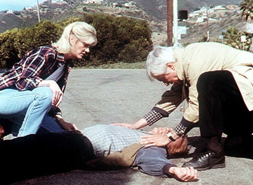 Steve (Barry Van Dyke, liegend) ist von einem flüchtenden Gangster angefahren worden. Dr. Mark Sloan (Dick Van Dyke, r.) und Carol (Stacy Van Dyke)... - Bildquelle: Viacom