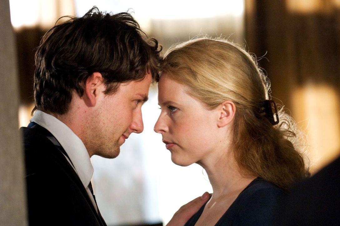 David (Florian Stetter, l.) redet Greta (Diana Amft, r.), die nervös ist, ihre Mutter wiederzusehen, gut zu. - Bildquelle: Willi Weber Sat.1