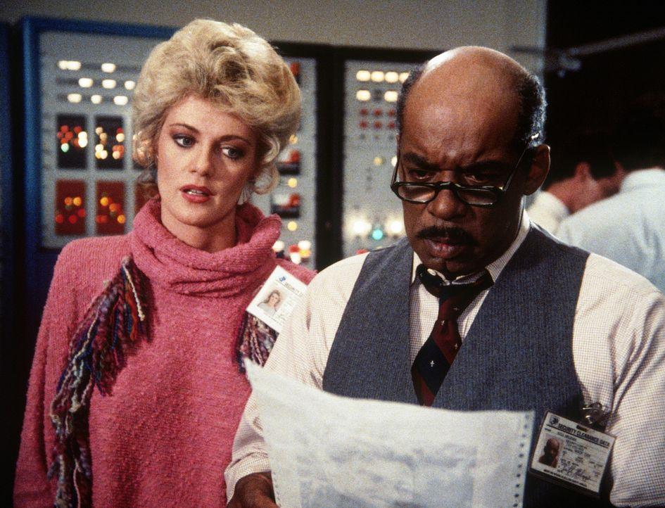 Francine (Martha Smith, l.) und Billy (Mel Stewart, r.) machen sich Sorgen um Amanda, die in die Hände des KGB gefallen ist. - Bildquelle: CBS Television