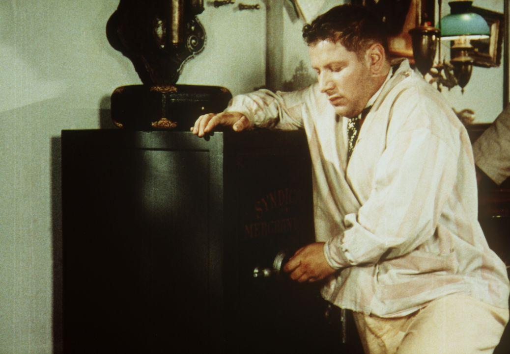Jules (Peter Ustinov) geht seinem Hobby nach: Das knacken eines Tresors ... - Bildquelle: Paramount Pictures