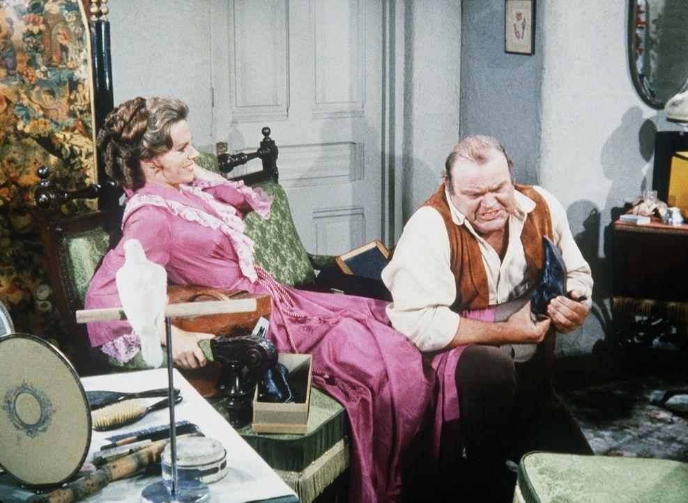 Hoss Cartwright (Dan Blocker, r.) will seiner verehrten Jan den Hof machen und ahnt nicht, dass er es mit ihrer Zwillingsschwester Janice (Rhae Andr... - Bildquelle: Paramount Pictures