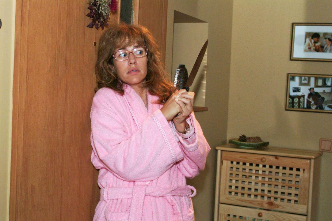Lisa (Alexandra Neldel) reagiert panisch, als es an der Tür klingelt. (Dieses Foto von Alexandra Neldel darf nur in Zusammenhang mit der Berichterst... - Bildquelle: Monika Schürle Sat.1