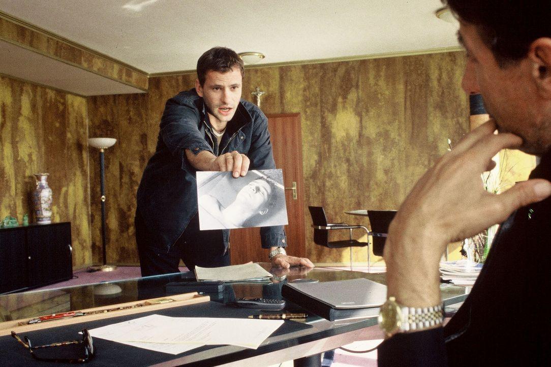 Timo (Frank Häfner, l.) konfrontiert Zogu (Rolf Zacher, r.) mit dem Foto des ermordeten Ismail. Hat der Albaner etwas mit dessen Tod zu tun? - Bildquelle: Menke Sat.1