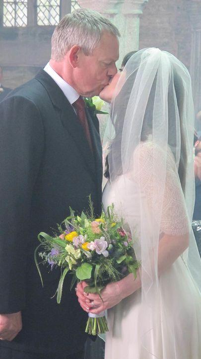 Trotz aller Unterschiede füreinander geschaffen: Doc Martin (Martin Clunes, l.) und Louisa (Caroline Catz, r.) ... - Bildquelle: BUFFALO PICTURES/ITV