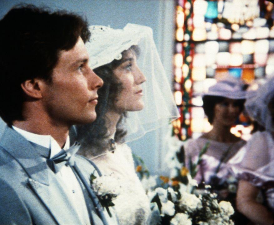 Garth (John Hammond, l.) und Lane (Elizabeth Storm, r.) vor dem Traualtar. - Bildquelle: Worldvision Enterprises, Inc.