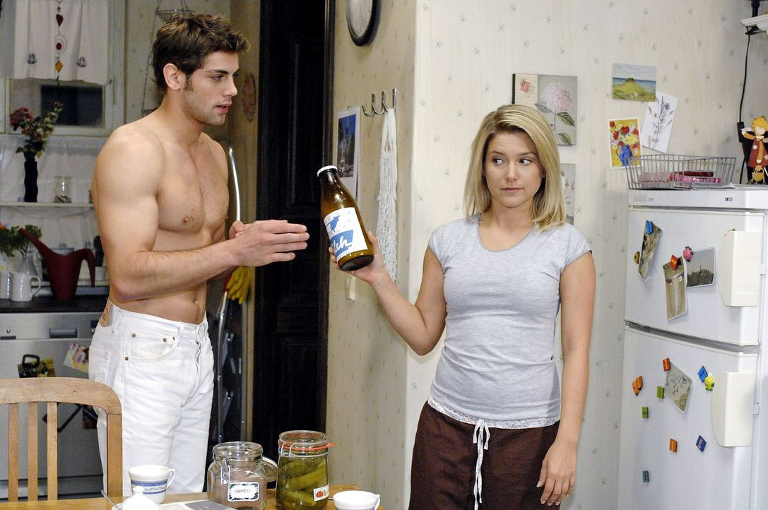 Anna (Jeanette Biedermann, r.) hofft darauf, dass Jonas (Roy Peter Link, l.) nie erfahren wird, dass sie seine Chatpartnerin ist ... - Bildquelle: Oliver Ziebe Sat.1