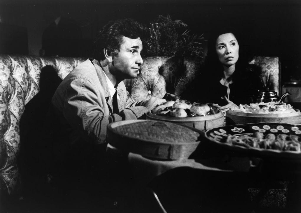 Columbo (Peter Falk, l.); Miss Choy (France Nuyen, r.) - Bildquelle: 1977 Universal City Studios LLLP. All Rights Reserved.