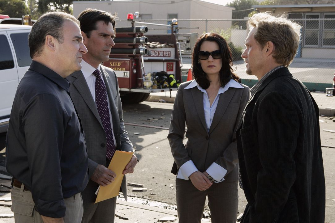 (v.l.n.r.) Jason Gideon (Mandy Patinkin); Aaron Hotchner (Thomas Gibson); Emily Prentiss (Paget Brewster); Evan Abby (Tom Schanley) - Bildquelle: Cliff Lipson 2007 ABC Television Studio. All rights reserved. NO ARCHIVE. NO RESALE. / Cliff Lipson