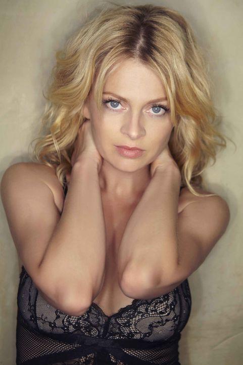 Setzt ihre Ehe aufs Spiel, als sie zufällig einem smarten, attraktiven und geheimnisvollen Mann begegnet: Nina (Isabell Gerschke) ... - Bildquelle: Christoph Assmann SAT.1