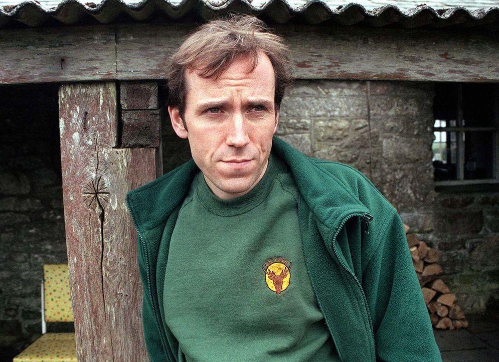 Ranger Stewart James (Ben Miller) ist felsenfest davon überzeugt, dass ein riesiges Eichhörnchen bei ihm wohnt ... - Bildquelle: BUFFALO PICTURES/ITV
