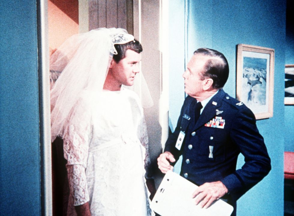 Dr. Bellows (Hayden Rorke, r.) staunt nicht schlecht, als Tony (Larry Hagman, l.) plötzlich im Hochzeitskleid vor ihm steht. Was hat dies zu bedeute...