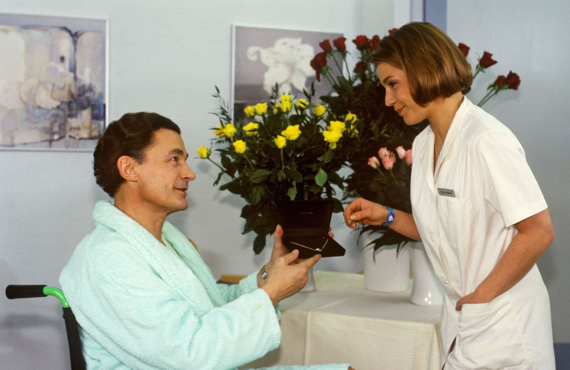 Anfangs ist Stephanie (Claudia Schmutzler, r.) angetan von der großen Liebe, die der querschnittsgelähmte Sylvester Limmer (Max Volkert Martens, l... - Bildquelle: Noreen Flynn Sat.1
