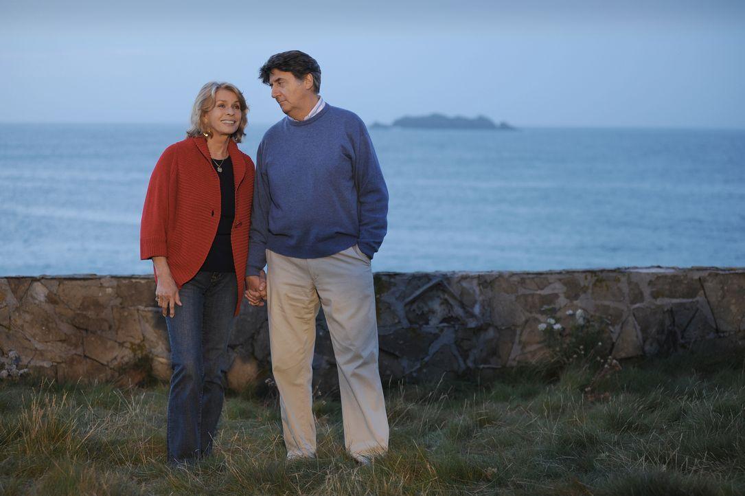 Julia Combe (Senta Berger, l.); Charles Combe (Tom Conti, r.) - Bildquelle: Mike Alsford