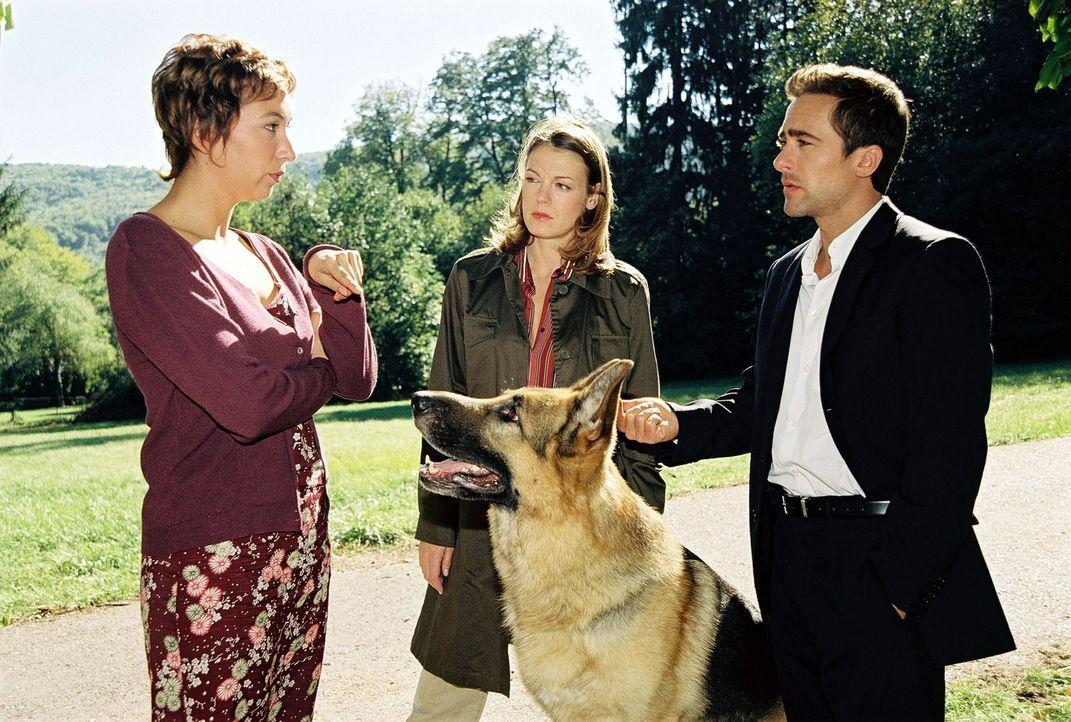 Marc (Alexander Pschill, r.) und Niki (Elke Winkens, M.) verhören die Haushälterin Marga Benesch (Ursula Strauss, l.). - Bildquelle: Ali Schafler Sat.1