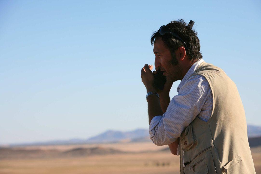 Mitten in der Wüste versucht Tarif (Ercan Durmaz) verzweifelt über sein Satellitentelefon die deutschen Behörden zu warnen. Viel Zeit bleibt ihm nic... - Bildquelle: Sife Elamine und Claudia Rump SAT.1