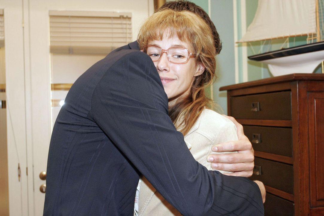 Lisa (Alexandra Neldel, r.) wird vor Glück ganz schwindlig, als David (Mathis Künzler, l.) sie unverhofft in die Arme nimmt und sie bittet, dass sie... - Bildquelle: Monika Schürle Sat.1
