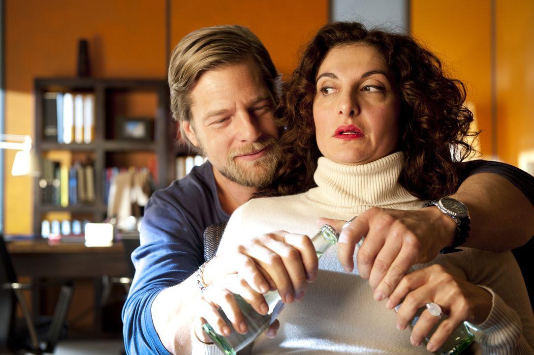 Als Mick (Henning Baum, l.) erfährt, dass Tanja (Proschat Madani, r.) per Internet auf Männersuche geht und sich zu einem Blind Date verabredet, hef... - Bildquelle: Martin Rottenkolber SAT.1 / Martin Rottenkolber