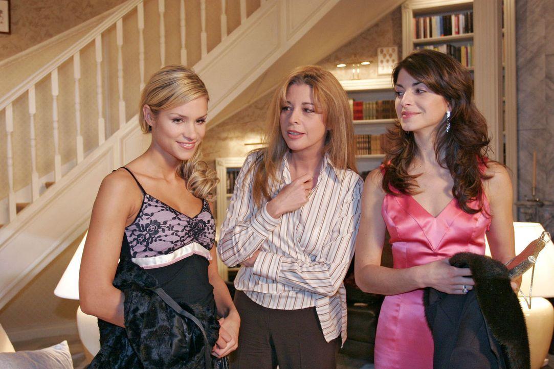 Laura (Olivia Pascal, M.) berichtet Mariella (Bianca Hein, r.) und Sabrina (Nina-Friederike Gnädig, l.) genervt, dass ihr Mann sich immer noch in di... - Bildquelle: Noreen Flynn Sat.1