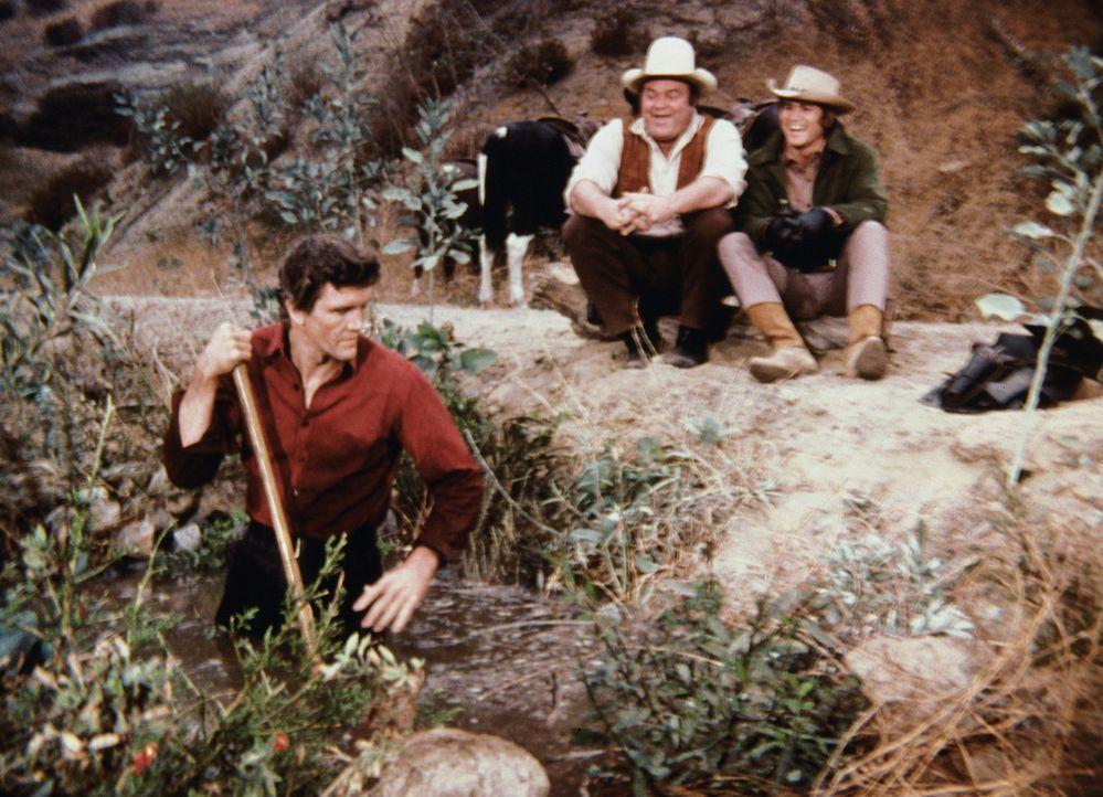 Noch können Little Joe (Michael Landon, r.) und Hoss (Dan Blocker, M.) über Candy (David Canary, l.) lachen, aber nicht mehr lange ... - Bildquelle: Paramount Pictures