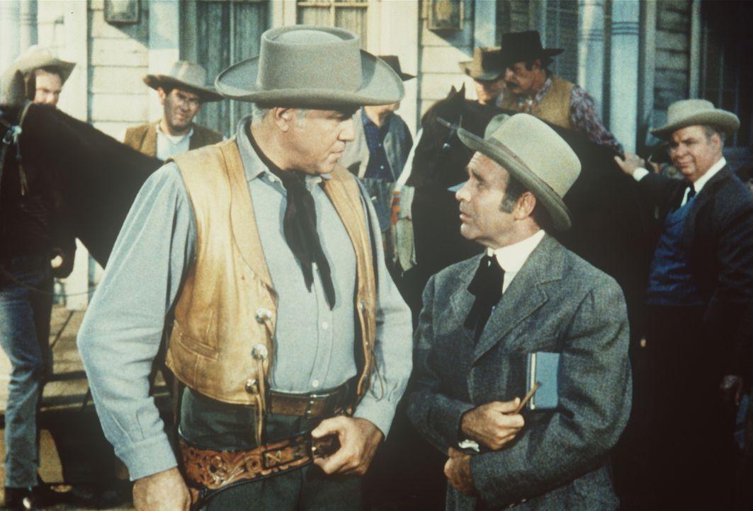 Ben Cartwright (Lorne Greene, vorne l.) schlägt Jock (Eddie Firestone, vorne r.) eine Pferdewette vor ... - Bildquelle: Paramount Pictures