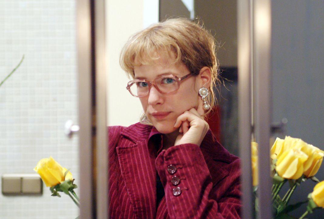 Lisa (Alexandra Neldel) kann sich zwar sehr wohl von Blum, nicht aber von den Ohrringen, die er ihr mitgebracht hat, lösen: Und so steht sie, verzüc... - Bildquelle: Monika Schürle Sat.1