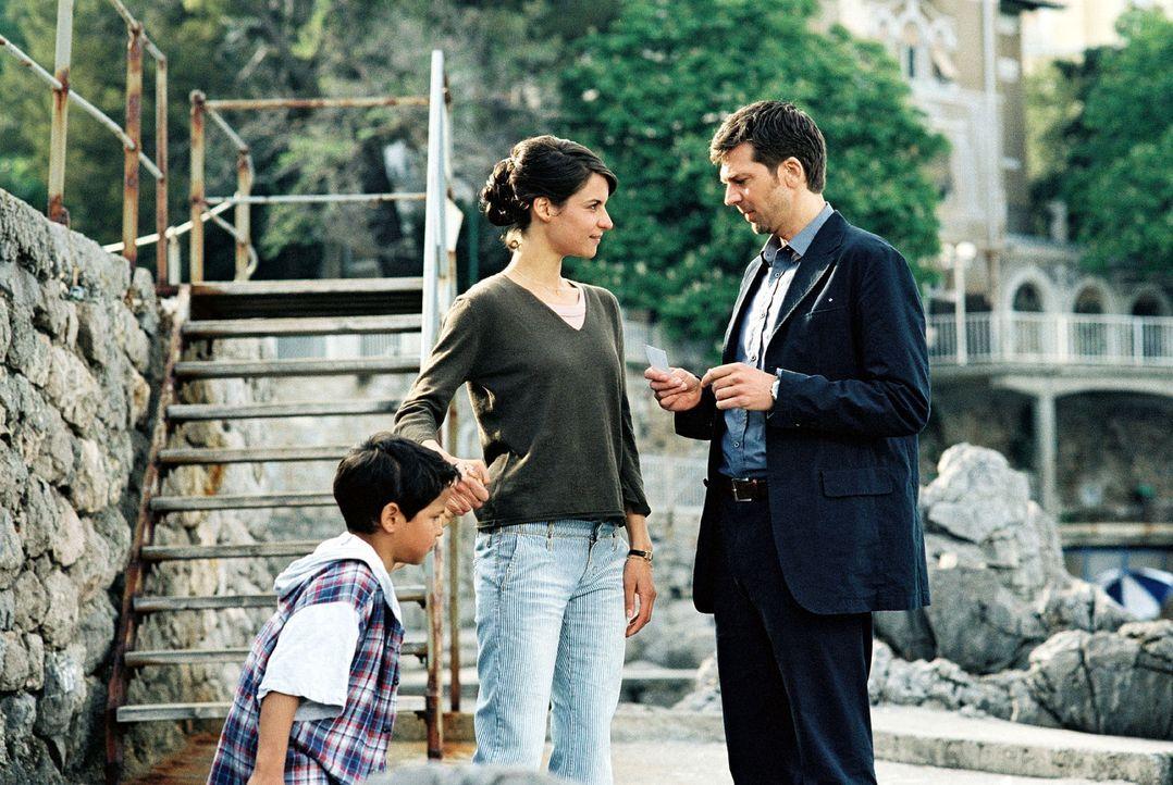 Maria (Liane Forestieri, M.) bietet Jan (Kai Wiesinger, r.) ihre Unterstützung an und gibt ihm ihre Telefonnummer. Jan ist immer noch davon überzeug... - Bildquelle: Walter Wehner Sat.1