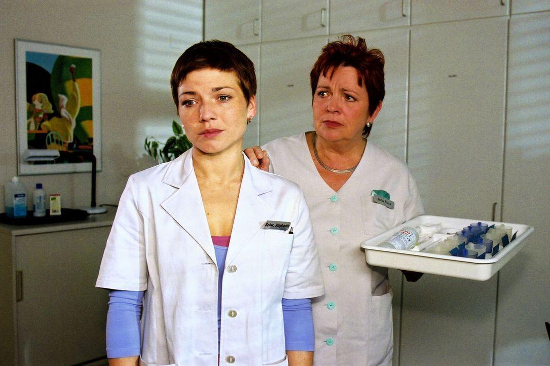 Stephanie (Claudia Schmutzler, l.) macht sich Vorwürfe, dass sie dem Untersuchungshäftling Sebastian Keitel vertraut hat und durch ihre Schuld Iris... - Bildquelle: Noreen Flynn Sat.1