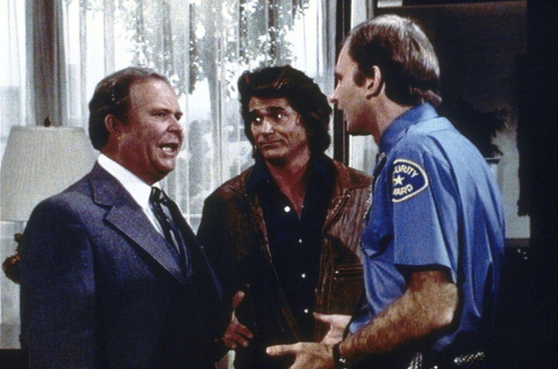 Irritiert muss Melvin Rich (Ned Beatty, l.) feststellen, dass Jonathan (Michael Landon, M.) von seinen Sicherheitsleuten weder gehört noch gesehen w... - Bildquelle: Worldvision Enterprises, Inc.