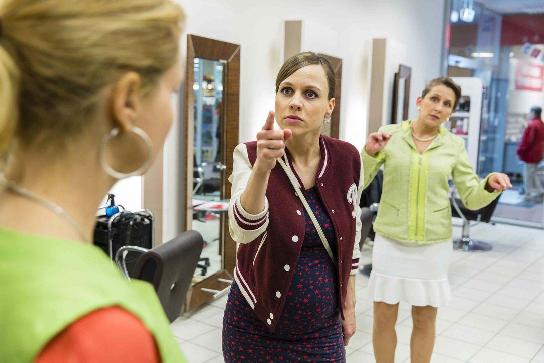 Bea (Nadja Becker, l.) kann es nicht fassen: Danni (Annette Frier, M.) hat in ihrer Verzweiflung einen Job als Friseurin angenommen ... - Bildquelle: Frank Dicks SAT.1