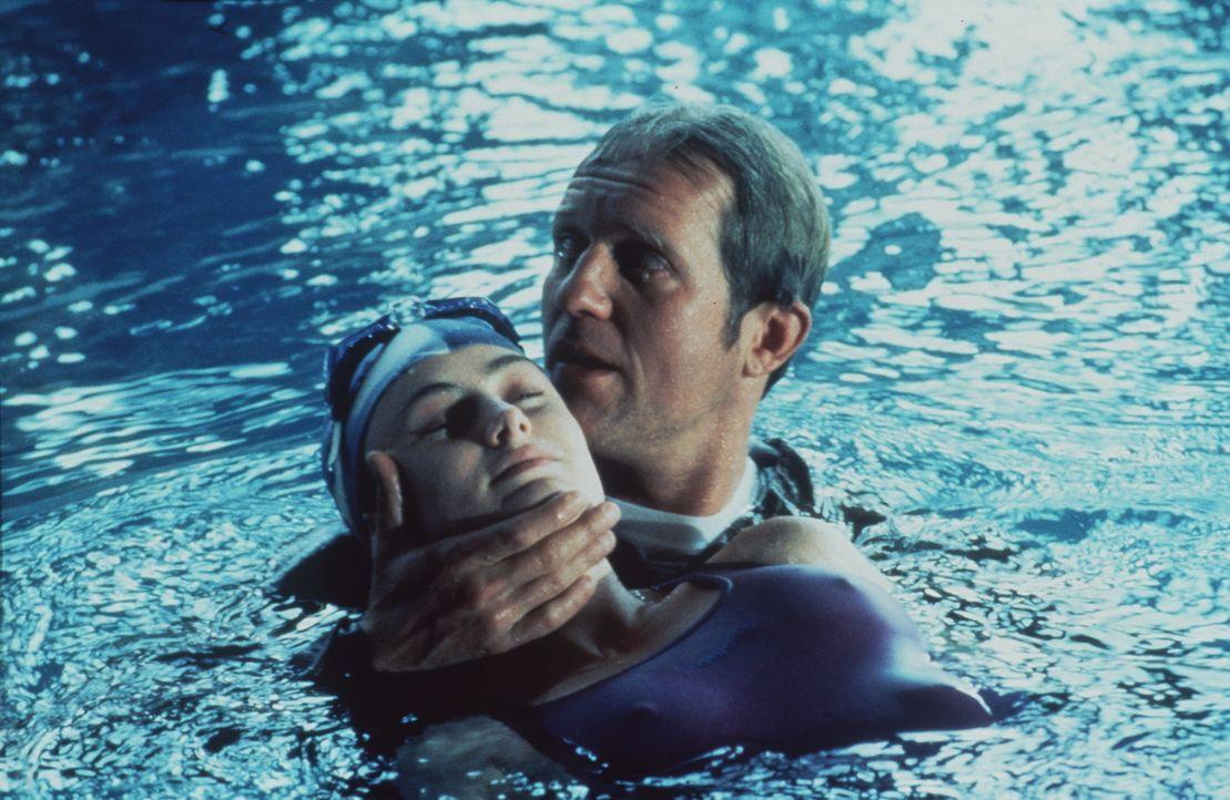 Vroni (Carol Seyboth, l.); Dr. Justus Hallstein (Harald Krassnitzer, r.) - Bildquelle: Beta Film GmbH