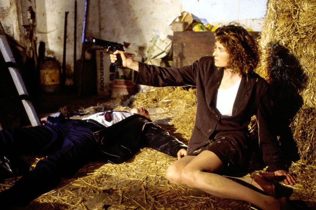 Miriam (Denise Virieux, r.), die Geliebte des Nachtclub-Besitzers Juri (Peter Andorai, l.), spielt ein mörderisches Spiel ... - Bildquelle: Christian Charisius ProSieben/Charisius