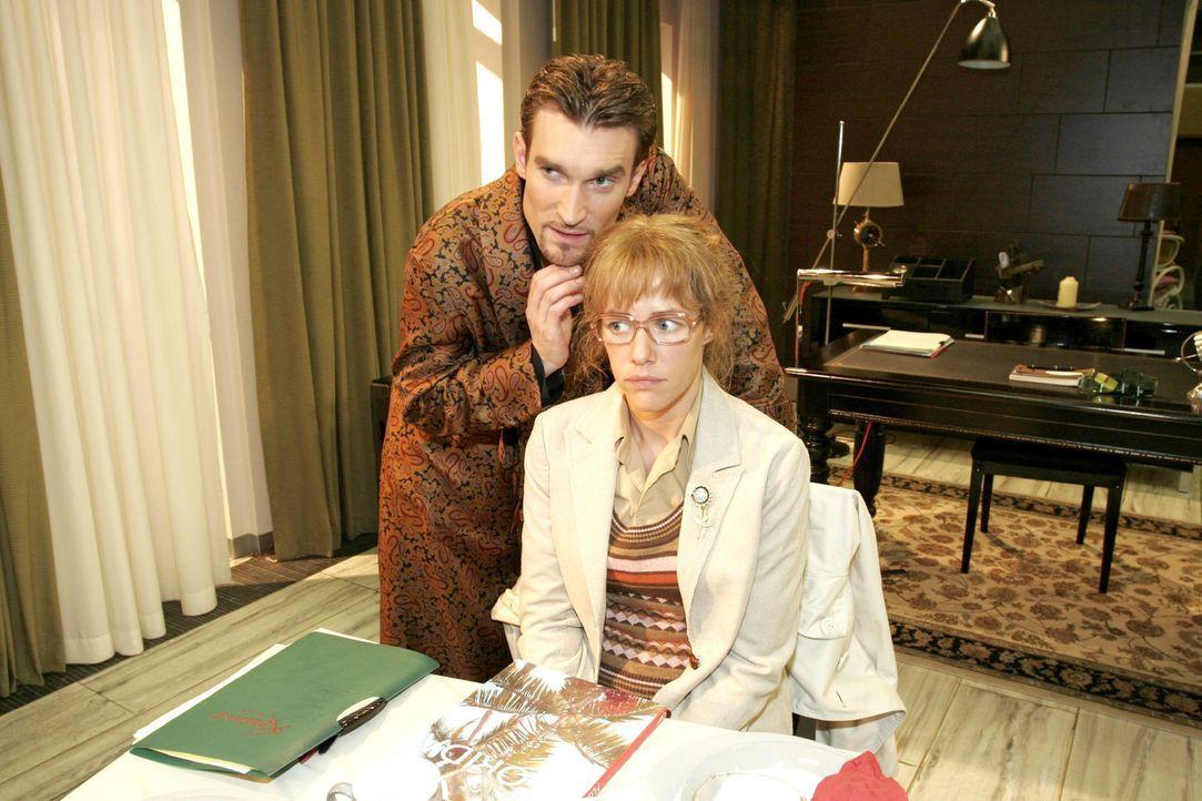 Lisa (Alexandra Neldel, r.) erstarrt, als Richard (Karim Köster, l.) sie plötzlich berührt. - (Dieses Foto von Alexandra Neldel darf nur in Zusammen... - Bildquelle: Noreen Flynn Sat.1