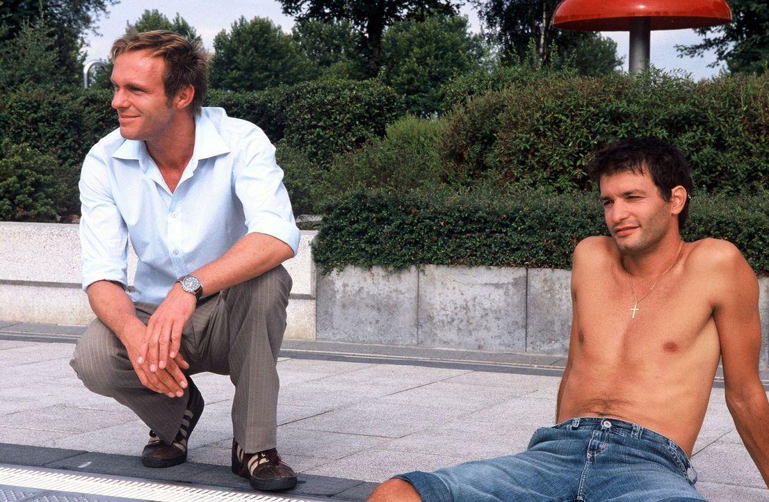 Nach der erfolgreichen Aufklärung des Mordes entspannen sich Falk (Dirk Martens, l.) und Gino (Luca Zamperoni, r.) am Pool. - Bildquelle: Munstermann Sat.1