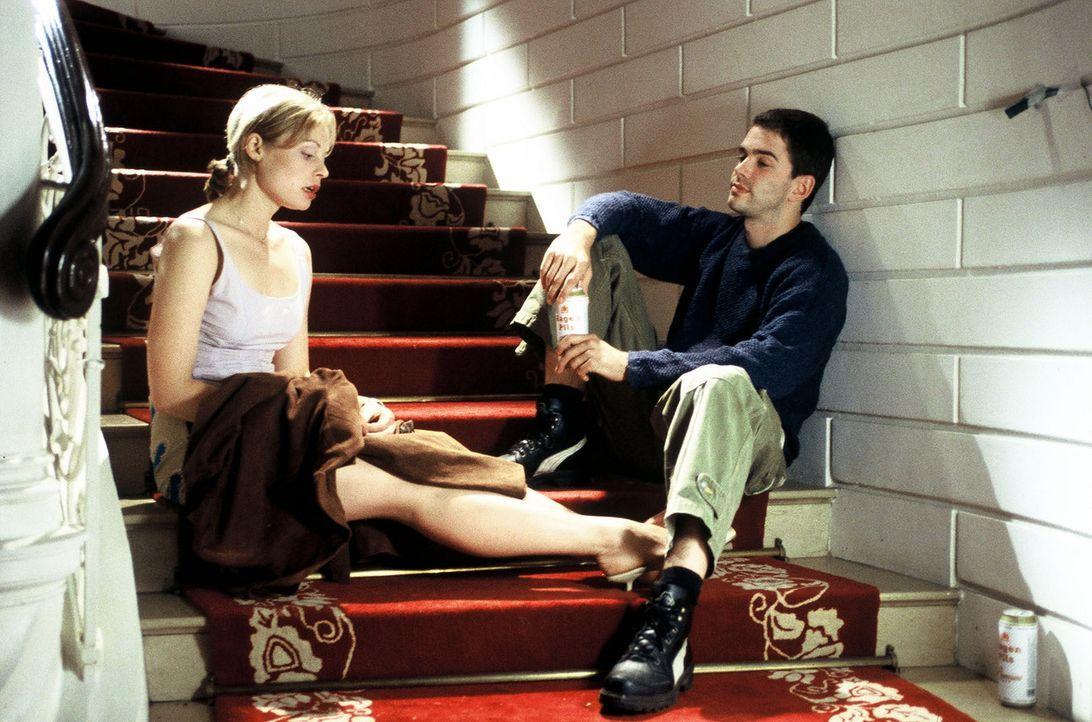 Liebeskummer schweißt zusammen: Kai (Oliver Boysen, r.) braucht Sarahs (Susanna Simon, l.) Hilfe, um Kontakt zu seiner Traumfrau zu bekommen ... - Bildquelle: Melanie Grande Sat.1