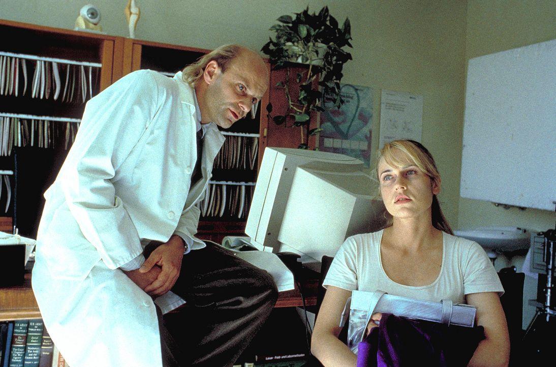 Eines Tages muss Meike Bittner (Anica Dobra, r.) von Dr. Balder (Alexander Radzun, l.) erfahren, dass es nur noch eine Hoffnung für sie gibt: eine K... - Bildquelle: A. Kiermeier ProSieben