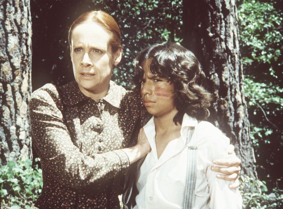Amelia Stokes (Ivy Jones, l.) verteidigt ihren Sohn Joseph (Caesar Ramirez, r.) gegen seinen Großvater. - Bildquelle: Worldvision
