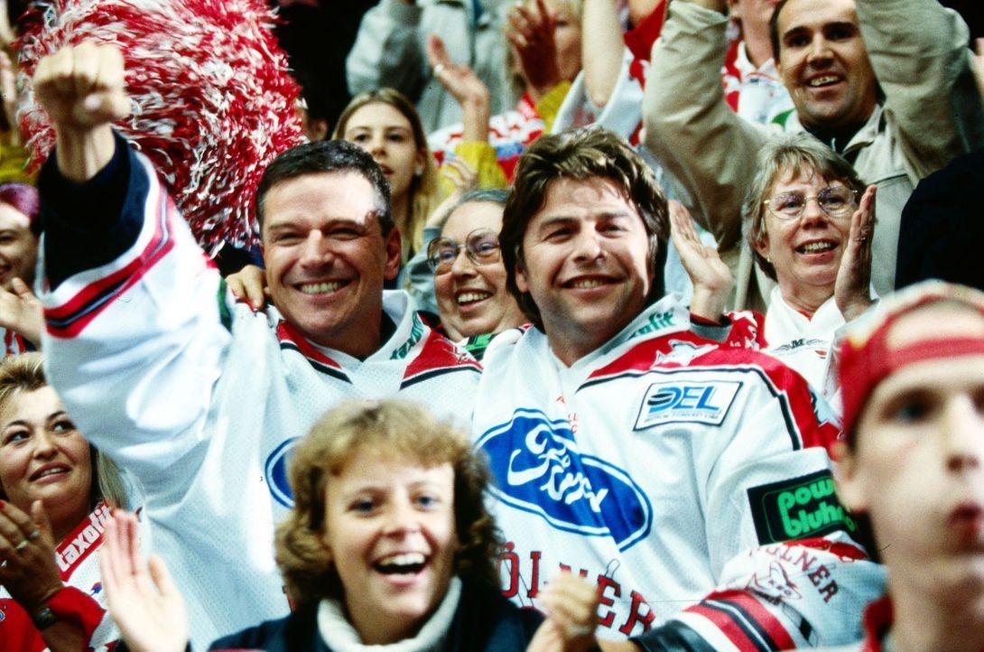 Der Spaß ist nur von kurzer Dauer! Taube (Christian M. Goebel, l.) und Jupp (Uwe Fellensiek, r.) müssen mit ansehen, wie der russische Eishockey-Sta... - Bildquelle: Thomas Böhme Sat.1