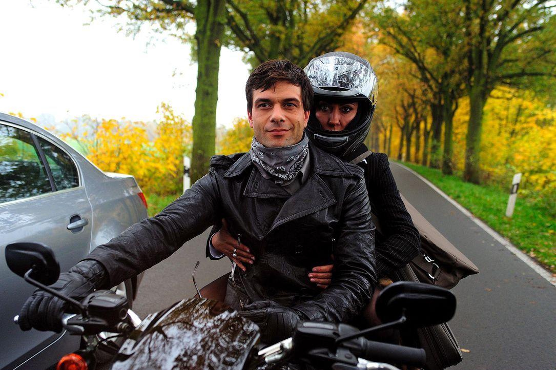 Verenas (Simone Thomalla, r.) Wagen ist auf halber Strecke liegen geblieben. Zum Glück wird sie von dem charmanten Motorradfahrer Leon (Kai Schumann... - Bildquelle: Hardy Spitz Sat.1
