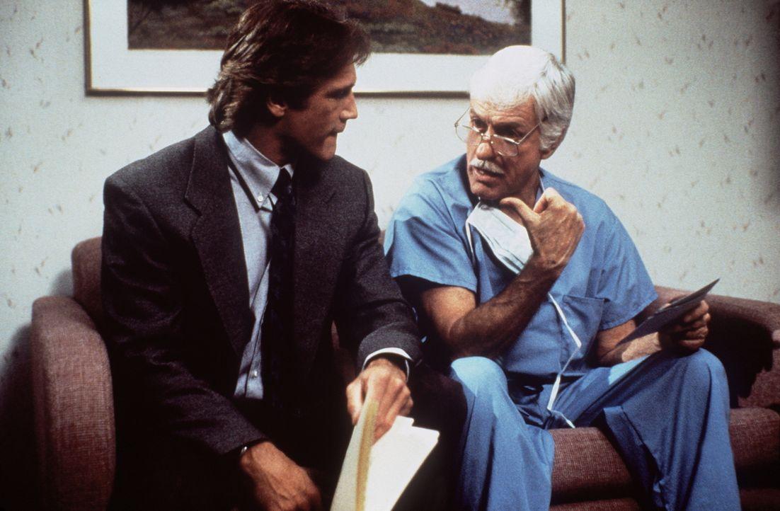 Dr. Sloan (Dick Van Dyke, r.) hilft seinem Sohn Steve (Barry Van Dyke, l.) bei den Ermittlungen in einem Mordfall. - Bildquelle: Viacom
